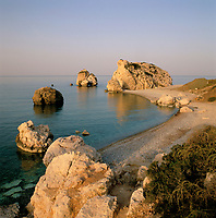 ZYPERN, Sued-Zypern, bei Paphos: Petra Tou Romiou, der Aphroditefelsen bei Sonnenaufgang, der Sage nach ging Aphrodite nach ihrer Geburt hier an Land | CYPRUS, South-Cyprus, near Paphos: Petra Tou Romiou (Rock of the Greek) or (Rock of Aphrodite) at sunrise