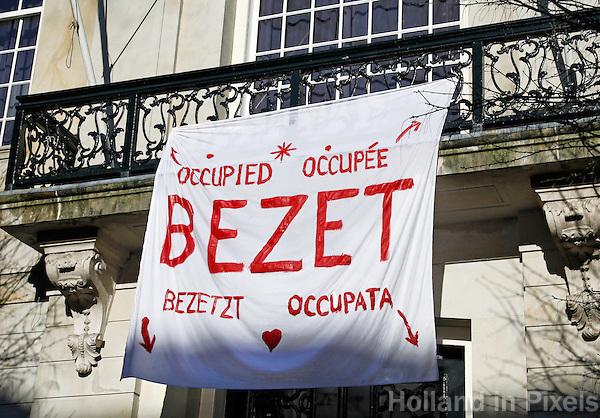 Studenten hebben uit onvrede over bezuinigingen een universiteitsgebouw bezet in Amsterdam