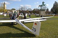 Segelfliegertag: EUROPA, DEUTSCHLAND, HANNOVER 05.11.2005:Segelfliegertag an der Uni von Hannover,  ASG 29 auf dem Uni Vorplatz mit dem Niedersachsen Pferd
