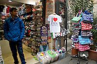Roma, 26 Marzo, 2013. Un negozio di souvenir in Vaticano