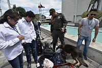 BOGOTA - COLOMBIA, 17-06-2018: Un perro policía  revisa los equipos de la prensa en la sede de Ivan Duque, canditato presidencial por el partido centro democrático en el marco de la segunda vuelta de las elecciones presidenciales de Colombia 2018 hoy domingo 17 de junio de 2018. El candidato ganador gobernará por un periodo máximo de 4 años fijado entre el 7 de agosto de 2018 y el 7 de agosto de 2022. / A dog Police check the press gear at headquarters of Ivan Duque, presidential candidate for the Centro Democratico party, as part of Colombia's second round of 2018 presidential election today Sunday, June 17, 2018. The winning candidate will govern for a maximum period of 4 years fixed between August 7, 2018 and August 7, 2022. Photo: VizzorImage / Gabriel Aponte / Staff