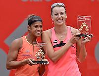 BOGOTÁ -COLOMBIA. 19-04-2015. Teliana PEREIRA (BRA) (Izq) ganadora posa con Yaroslava SHVEDOVA (KAZ) (Der) después del partido por la final del Claro Open Colsanitas WTA 2015 disputado en el club El rancho de la ciudad de Bogota hoy 19 de abril de 2015./ Teliana PEREIRA (BRA) (L) winner pose with Yaroslava SHVEDOVA (KAZ) after the match for the fianl of Claro Open Colsanitas WTA 2015 played at El Rancho Clud court in Bogotá, Colombia today 19 April of 2015. Photo: VizzorImage/ Gabriel Aponte / Staff