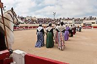 France/13/Bouches du Rhone/Camargue/Parc Naturel Régionnal de Camargue/Saintes Maries de la Mer: Aux Arènes, Arlésiennes lors du Pèlerinage des Gitans