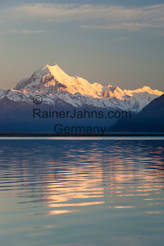 New Zealand, South Island, Canterbury region, Mount Cook National Park: Mount Cook and Lake Pukaki at sunrise | Neuseeland, Suedinsel, Region Canterbury, Mount Cook National Park: Mount Cook und Lake Pukaki bei Sonnenaufgang