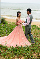 Brautpaar in Sanya auf der Insel Hainan, China<br /> bridal couple in Sanya,  Hainan island, China