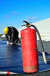 VIANEN - Op het bedrijfsterrein Gaasperwaard Vianen waar medewerkers van Top Dak uit Zwaagdijk werken aan het bitumen dak van het door Dekker Vastgoed & Ontwikkeling en Dura Vermeer Bouw Houten te bouwen bedrijfspand staat een brandblusapparaat als preventie in de buurt. De gevel zal worden afgewerkt met Elephant FSCHout Kunststof Composiet (WPC)rabatdelen en op de schuine dakramen zullen in de dakbedekking geïntregeerde zonnepanelen komen. COPYRIGHT TON BORSBOOM