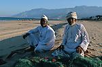 Pecheur bedouin sur la cote du Hajar au sud est de Mascate. Sultanat d'Oman. Moyen Orient.