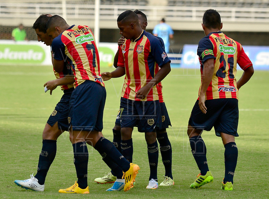 PEREIRA -COLOMBIA-01-11-2014. Jugadores de Aguilas celebran un gol durante el encuentro entre Aguilas Pereira y Deportivo Pasto por la fecha 17 de la Liga Postobon II 2014 jugado en el estadio Hernán Ramírez Villegas de Pereira./ Players of Aguilas celebrate a goal the match between Aguilas Pereira and Deportivo Pasto for the 17th date of the Postobon League II 2014 played at Hernan Ramirez Villegas of Pereira city.  Photo:VizzorImage/ CONT