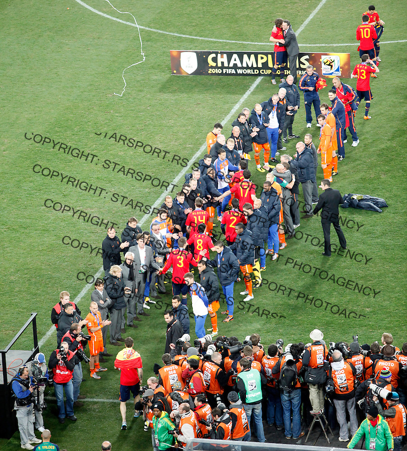 Spain's players are greeted by the Dutch players while walking to the podium during the awarding ceremony of the 2010 FIFA World Cup - Johannesburg, South Africa, Sunday, July, 11, 2010. Final match, Netherlands vs Spain, Soccer City Stadium (credit & photo: Pedja Milosavljevic / +381 64 1260 959 / thepedja@gmail.com / STARSPORT )