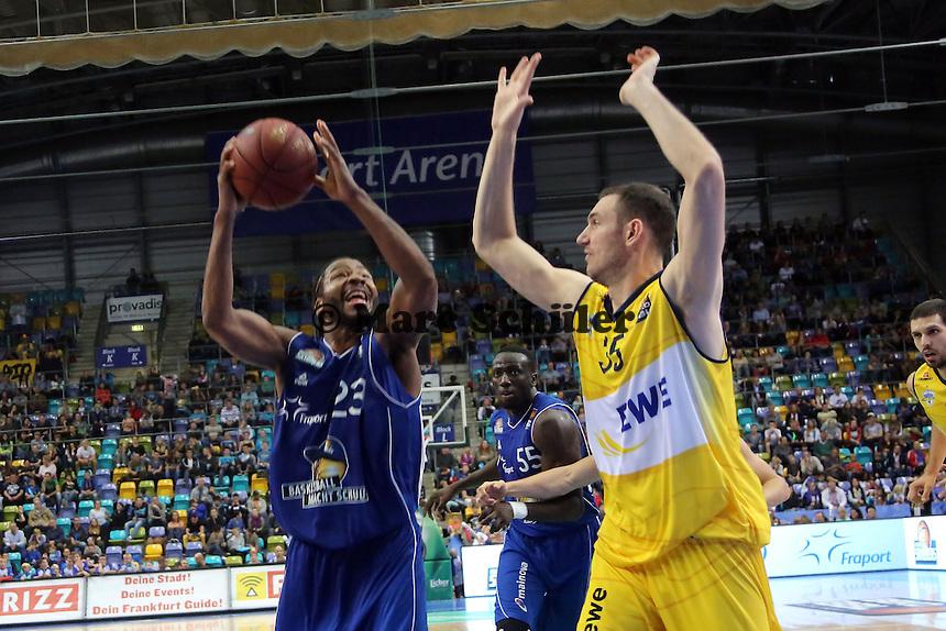 Quantez Robertson (Skyliners) gegen Andrea Crosariol (EWE) - Fraport Skyliners vs. EWE Baskets Oldenburg, Fraport Arena Frankfurt