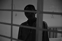 """Oaxaca, Méx.-Hospital Psiquiátrico """"Cruz del Sur"""" cumple 50 años de operación en Oaxaca. Por Montserrat Martínez Oaxaca de Juárez, Oaxaca. Con una ocupación de más del ochenta por ciento, el Hospital Psiquiátrico """"Cruz del Sur"""" cumple cincuenta años de brindar sus servicios en el estado de Oaxaca, como son: consultas psiquiátricas, electrodiagnóstico, urgencias médicas, terapias, trabajo social, laboratorio, farmacia y paidopsiquiatría.Este hospital atiende al público general, incluso a derechohabientes del Instituto Mexicano del Seguro Social (IMSS) e Instituto de Seguridad y Servicios Sociales de los Trabajadores del Estado (ISSSSTE), y  en su momento a pacientes procedentes de los estados de Puebla, Chiapas y Guerrero. Este hospital cuenta con ciento veinte camas, y a la fecha están internadas ochenta personas, las cuales pueden permanecer recluidas un promedio de veinte días para su tratamiento, aunque de acuerdo al doctor Victor  Manuel Santos Figueroa, encargado del dormitorio-hospitalización de hombres, existen pacientes catalogados con """"estancia prolongada"""", como son Pedro de 72 años de edad, y, María, de 78 años de edad, toda vez que ingresaron en los años sesenta. """"Hay pacientes que tienen una estancia de más de veinte años, y de los que no se ha sabido su lugar de origen o su liga familiar, entonces se quedan en una situación de albergue, de atención y de custodia prácticamente (…) pero afortunadamente hay encuentros familiares bastante satisfactorios, porque en algunos casos ya los tenían catalogados como muertos """", indicó. Santos Figueroa destacó la importancia de que cada entidad federativa cuente con un hospital dedicado a la atención de padecimientos psiquiátricos o por lo menos con una Unidad de Psiquiatría, para que así la población deje de considerar las enfermedades de esta índole como una """"vergüenza"""".""""La atención y difusión de programas de salud mental ha contribuido a que sean menos"""