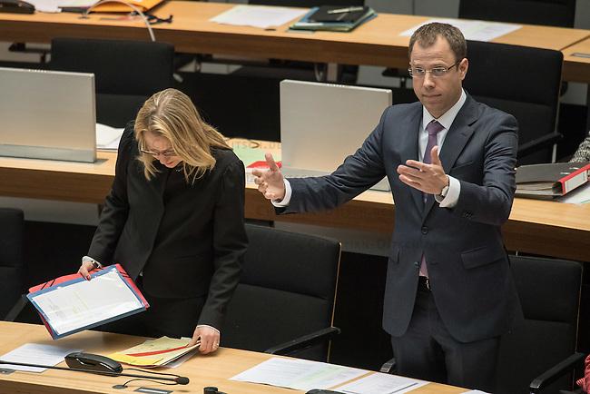 79. Plenarsitzung des Berliner Abgeordnetenhaus der laufenden Legislaturperiode am Donnerstag den 14. April 2016.<br /> Im Bild vlnr.: Cornelia Yzer (CDU), Senatorin fuer Wirtschaft, Technologie und Forschung. Sie will nach der Abgeordnetenhauswahl im September 2016 nicht mehr als Senatorin arbeiten und will zur&uuml;ck in doe Privatwirtschaft.<br /> Mario Czaja (CDU), Senator fuer Gesundheit und Soziales.<br /> 14.4.2016, Berlin<br /> Copyright: Christian-Ditsch.de<br /> [Inhaltsveraendernde Manipulation des Fotos nur nach ausdruecklicher Genehmigung des Fotografen. Vereinbarungen ueber Abtretung von Persoenlichkeitsrechten/Model Release der abgebildeten Person/Personen liegen nicht vor. NO MODEL RELEASE! Nur fuer Redaktionelle Zwecke. Don't publish without copyright Christian-Ditsch.de, Veroeffentlichung nur mit Fotografennennung, sowie gegen Honorar, MwSt. und Beleg. Konto: I N G - D i B a, IBAN DE58500105175400192269, BIC INGDDEFFXXX, Kontakt: post@christian-ditsch.de<br /> Bei der Bearbeitung der Dateiinformationen darf die Urheberkennzeichnung in den EXIF- und  IPTC-Daten nicht entfernt werden, diese sind in digitalen Medien nach &sect;95c UrhG rechtlich geschuetzt. Der Urhebervermerk wird gemaess &sect;13 UrhG verlangt.]