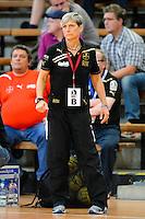 Trainerin Renate Wolf (TSV) verfolgt angespannt das Spiel