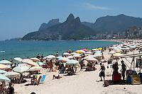 RIO DE JANEIRO; RJ; 22 DE FEVEREIRO 2013 - CALOR E PRAIA NO RIO DE JANEIRO - Uma sequência de dias ensolarados e muito quentes atinge a capital fluminense e tanto turistas quanto moradores buscam aliviar o forte calor nas praias da cidade. FOTO: NÉSTOR J. BEREMBLUM - BRAZIL PHOTO PRESS.