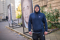 """Freiluftausstellung """"Gegen das Vergessen"""" in Berlin-Mitte.<br /> Mehr als 200 Ueberlebenden begegnete Fotograf und Filmemacher Luigi Toscano in den vergangenen zwei Jahren. Dafuer reiste er quer durch Deutschland, Russland, Ukraine, Israel und in die USA. Jetzt werden die Portraets von 50 Ueberlebenden erstmals in Berlin gezeigt. Vom vom 9. November zum 26.November 2017 ist das einmalige erinnerungspolitische Kunst- und Kulturprojekt """"Gegen das Vergessen"""" auf dem Gelaende der Sophienkirche zu sehen.<br /> Im Bild: Der Fotograf und Filmemacher Luigi Toscano.<br /> 7.11.2017, Berlin<br /> Copyright: Christian-Ditsch.de<br /> [Inhaltsveraendernde Manipulation des Fotos nur nach ausdruecklicher Genehmigung des Fotografen. Vereinbarungen ueber Abtretung von Persoenlichkeitsrechten/Model Release der abgebildeten Person/Personen liegen nicht vor. NO MODEL RELEASE! Nur fuer Redaktionelle Zwecke. Don't publish without copyright Christian-Ditsch.de, Veroeffentlichung nur mit Fotografennennung, sowie gegen Honorar, MwSt. und Beleg. Konto: I N G - D i B a, IBAN DE58500105175400192269, BIC INGDDEFFXXX, Kontakt: post@christian-ditsch.de<br /> Bei der Bearbeitung der Dateiinformationen darf die Urheberkennzeichnung in den EXIF- und  IPTC-Daten nicht entfernt werden, diese sind in digitalen Medien nach §95c UrhG rechtlich geschuetzt. Der Urhebervermerk wird gemaess §13 UrhG verlangt.]"""