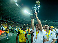 PEREIRA - COLOMBIA, 10-06-2019: Oscar Navarro del Pereira celebra con el trofeo como campeón del Torneo Águila 2019 I después del partido entre Deportivo Pereira y Cortuluá por la final vuelta jugado en el estadio Hernán Ramírez Villegas de la ciudad de Pereira. / Oscar Navarro of Pereira celebrates with the trophy as champion of the Aguila Tournament 2019 I after second leg final match between Deportivo Pereira and Cotulua for played at the Hernan Ramirez Villegas stadium in Pereira city.  Photo: VizzorImage/ Juan Torres / Cont