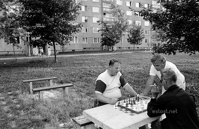 UNGARN, 07.1989.Miskolc-Diosgyor (korrekter: Di--sgy?r).Alltag vor dem Systemwechsel:  Maenner beim Schachspiel in der riesigen Plattenbausiedlung..Everyday life before the system change:  Men playing chess in the huge prefab block district..© Martin Fejer/EST&OST