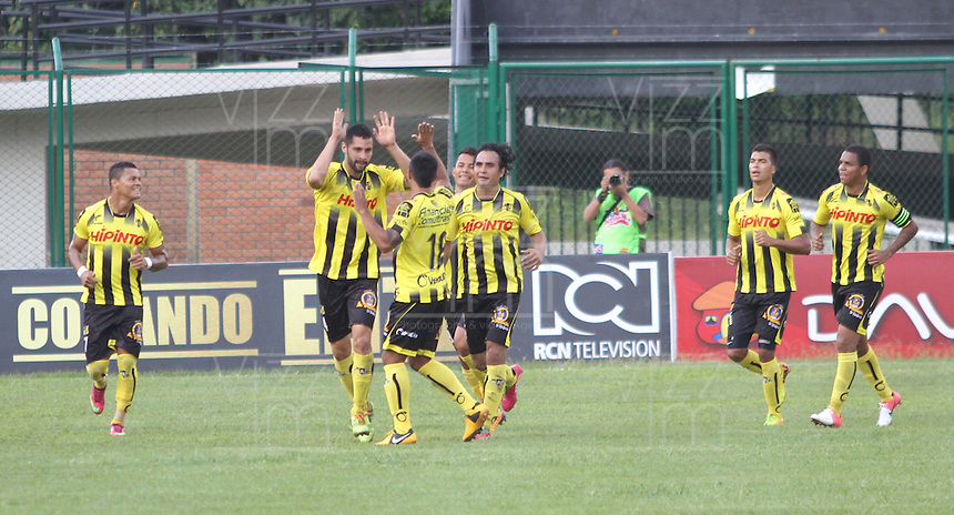 FLORIDABLANCA -COLOMBIA, 01-02-2014. Jugadores del Alianza Petrolera celebran un gol en contra de Chico durante del partido por la fecha 2 de la Liga Postobon I 2014, jugado en el estadio Alvaro Gomez Hurtado de la ciudad de Floridablanca./ Alianza Petrolera players celebrate a goal against Chico during a match for the 2nd date of the League Postobon 2014 I played at Alvaro Gomez Hurtado stadium in Floridablanca city. Photo:VizzorImage / Duncan Bustamante / STR