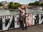 France, Paris, 25-05-2015, <br /> Maandag komt er een definitief einde aan de liefdesslotjes op de Parijse Pont des Arts.  Pont de l'Archev&ecirc;ch&eacute; Op de brug, die ook wel bekend staat als de liefdesbrug nadat talloze stelletjes er slotjes als uiting van hun liefde aan hingen, komen panelen van plexiglas. Dit, om in de toekomst te voorkomen dat er nog slotjes aan worden gehangen.<br /> De slotjes zijn velen een doorn in het oog. Vorige zomer brak een stuk van de brug af onder het gewicht ervan. Komende maandag worden alle slotjes van de brug verwijderd. <br /> <br /> Monday June 1, the famous bridge of Love , Pont de l'Archev&ecirc;ch&eacute;, the Pont de Arts, will be stripped of the thousands of Love locks attached to the steel bridge. The weight of the locks endangers the stability of the ancient bridge. <br /> foto Michael Kooren