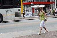ATENCAO EDITOR: FOTO EMBARGADA PARA VEICULOS INTERNACIONAIS. SAO PAULO, SP, 12 DE DEZEMBRO DE 2012 - Paulistano vive tarde quente e ensolarada nesta quarta feira, regiao central da capital. FOTO: ALEXANDRE MOREIRA - BRAZIL PHOTO PRESS.