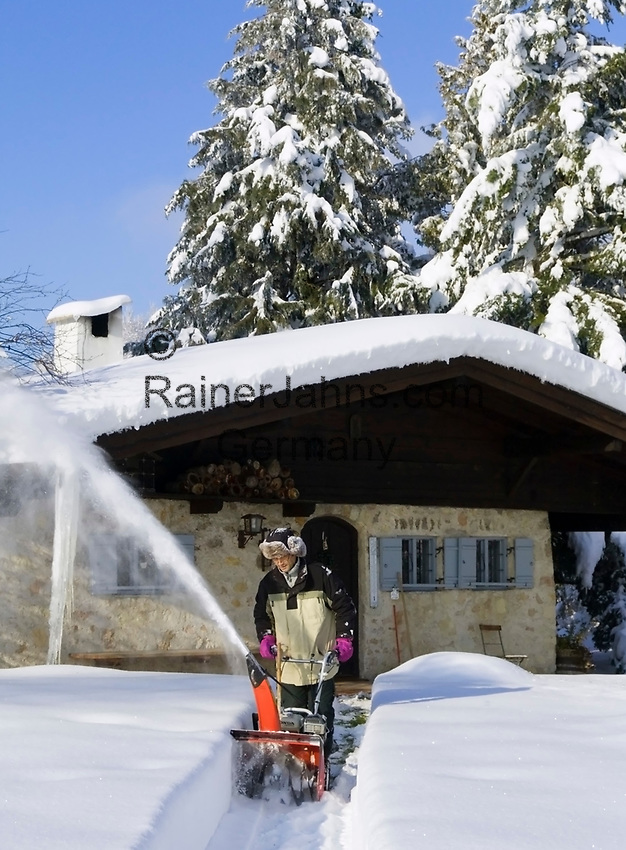 Deutschland, Bayern, Oberbayern, Chiemgau, Siegsdorf: Mann beim Schneeraeumen mit Schneefraese | Germany, Bavaria, Upper Bavaria, Chiemgau, Siegsdorf: man using snowblower