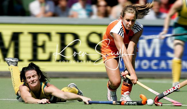 AMSTELVEEN - Ellen Hoog (r) wordt gehinderd door de Australische Melanie Twitt, zaterdag tijdens de wedstrijd Nederland-Australie om de Rabo Champions Trophy 2006 in Amstelveen. ANP PHOTO KOEN SUYK