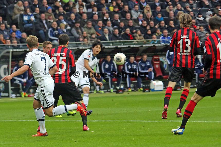 Atsuto Uchida (Schalke) schießt das 0:1 - Eintracht Frankfurt vs. FC Schalke 04, Commerzbank Arena