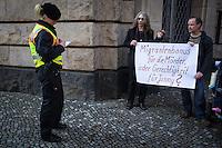 """Berlin, Zwei Maenner protestieren am Montag (13.05.13) vor dem Landgericht in Berlin vor dem Prozessbeginn im Fall Jonny K. mit dem Plakat """"Migrantenbonus für die Mörder oder Gerechtigkeit für Johnny?"""". Foto: Maja Hitij/CommonLens"""