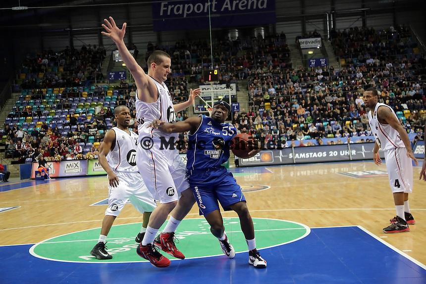 Dawan Robinson (Skyliners) setzt sich durch gegen Petar Popovic (Artland)