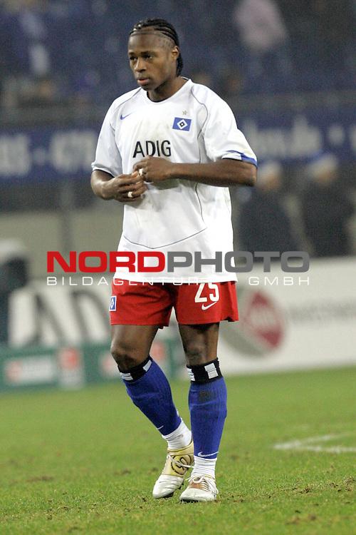BL 2004/2005 -  16. Spieltag - Hinrunde<br /> <br /> Hamburger Sportverein ( HSV ) vs Hannover 96 2:0<br /> Emile Mpenza/ Hamburg nach der Niederlage - entt&scaron;uscht<br /> <br /> <br /> <br /> <br /> <br /> Foto &copy; nordphoto <br /> <br /> <br /> <br />  *** Local Caption *** Foto ist honorarpflichtig! zzgl. gesetzl. MwSt.<br /> <br />  Belegexemplar erforderlich<br /> <br /> Adresse: nordphoto<br /> <br /> Georg-Reinke-Strasse 1<br /> <br /> 49377 Vechta
