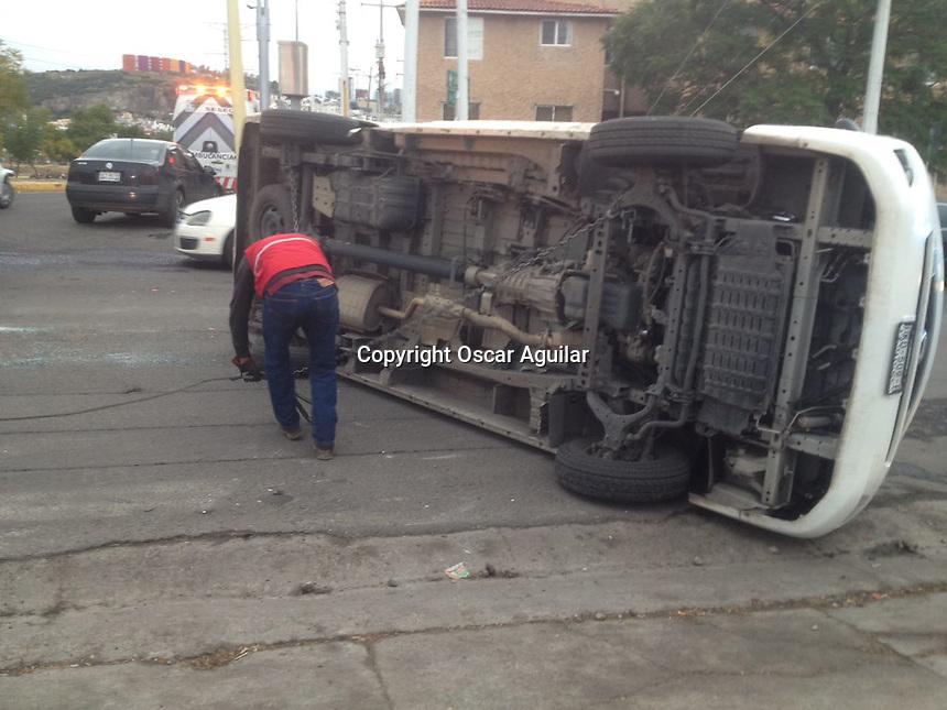 Vuelca camioneta en el cruce de paseo Constitución y Avenida Peñuelas; el exceso de velocidad y el pasarse un alto ocasionaron el choque en el que terminó volcando la camioneta.