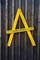 Protestschild Asse: DEUTSCHLAND, NIEDERSACHSEN, REMLINGEN, (GERMANY), 02.11.2014: Protestsymbol an einem Scheunentor gegen die Schachtanlage Asse (Asse II).