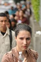 ATENÇÃO EDITOR FOTO EMBARGADA PARA VEÍCULOS INTERNACIONAIS - SAO PAULO, SP, 04 DE NOVEMBRO DE 2012 – ENEM SP: Estudantes chegam para a realização do Exame Nacional do Ensino Médio (ENEM) na Uniban do bairro de Santo Amaro, zona sul da cidade na manhã deste domingo (4). FOTO: LEVI BIANCO - BRAZIL PHOTO PRESS
