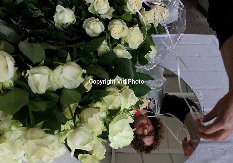 """Foto: VidiPhoto..AAGTEKERKE - Topdrukte donderdag bij """"De Rozenkwekerij"""" van Kees en Nelly Simonse uit het Zeeuwse Aagtekerke. Over ruim een week is het Moederdag en rozen blijven de meeste populaire bloem om aan moeder te schenken. Maar nu al is het druk bij """"De Rozenkwekerij"""" en moet de koelcel constant aangevuld worden, zelfs met rozen van andere kwekers. De familie Simonse verkoopt hun vijf soorten en kleuren rozen alleen aan particulieren."""