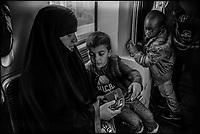 France, Paris (75), Femme voilée et enfants dans le métro (20 éme arrondissement) // France, Paris, Veiled woman and children in the subway (20 éme district)