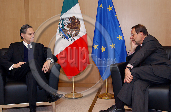 Brussels-Belgium - January 20, 2004---Luis Ernesto DERBEZ (le), Minister for Foreign Affairs / Secretary of Foreign Relations of Mexico, meets with Javier SOLANA (ri), EU High Representative for the Common Foreign and Security Policy, to discuss and prepare the upcoming EU-Latin America Summit to take place in Guadalajara/Mexico in May 2004; in the office of the EU High Representative in the 'Justus Lipsius', seat of the EU-Council in Brussels---Photo: Horst Wagner/eup-images