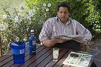 """Europe/France/Aquitaine/64/Pyrénées-Alantiques/ Biarritz: Serge Blanco dans son Hotel-Restaurant  le """"Château de Brindos"""" lors du lancement d'une bouteille de pastis 51 pour la Coupe du Monde de Rugby"""