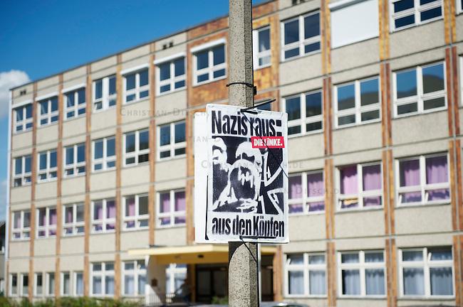 Die Neonazipartei NPD hielt am Samstag den 24. August 2013 in Berlin Hellersorf mit ca 120 Teilnehmern eine Kundgebung gegen eine Fluechtlingsunterkunft ab.<br />Etwa 750 Menschen protestierten lautstark gegen die NPD.<br />Die Polizei nahm mehrere Gegendemonstranten fest.<br />Im Bild: Wahlplakat der Linkspartei vor der Unterkunft, in der die Fluechtlinge untergebracht wurden.<br />24.8.2013, BerlinCopyright: Christian Ditsch/version-foto.de<br />[Inhaltsveraendernde Manipulation des Fotos nur nach ausdruecklicher Genehmigung des Fotografen. Vereinbarungen ueber Abtretung von Persoenlichkeitsrechten/Model Release der abgebildeten Person/Personen liegen nicht vor. NO MODEL RELEASE! Don't publish without copyright Christian Ditsch/version-foto.de, Veroeffentlichung nur mit Fotografennennung, sowie gegen Honorar, MwSt. und Beleg. Konto:, I N G - D i B a, IBAN DE58500105175400192269, BIC INGDDEFFXXX, Kontakt: post@christian-ditsch.de.<br />Urhebervermerk wird gemaess Paragraph 13 UHG verlangt.]