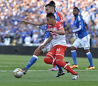 BOGOTA - COLOMBIA -20 -03-2016: Andres Cadavid (Izq) jugador de Millonarios disputa el balón con Yeison Gordillo (Der) jugador de Independiente Santa Fe durante partido por la fecha 10 de la Liga Águila I 2016 jugado en el estadio Nemesio Camacho El Campín de la ciudad de Bogotá./ Andres Cadavid (L) player of Millonarios fights for the ball with Yeison Gordillo (R) player of Independiente Santa Fe during the match for the date 10 of the Aguila League I 2016 played at Nemesio Camacho El Campin stadium in Bogota city. Photo: VizzorImage / Gabriel Aponte / Staff.