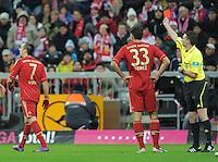 FUSSBALL   1. BUNDESLIGA  SAISON 2011/2012   17. Spieltag   16.12.2011 FC Bayern Muenchen - 1. FC Koeln        Schiedsrichter Guido Winkmann (re) zeigt Franck Ribery (li, FC Bayern Muenchen) die Gelb - Rote Karte beobachtet von Mario Gomez (Mitte, FC Bayern Muenchen)