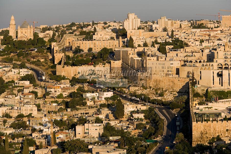 Asie/Israël/Judée/Jérusalem: la vieille ville est ses murailles vue depuis le Mont des Oliviers à l'Aube