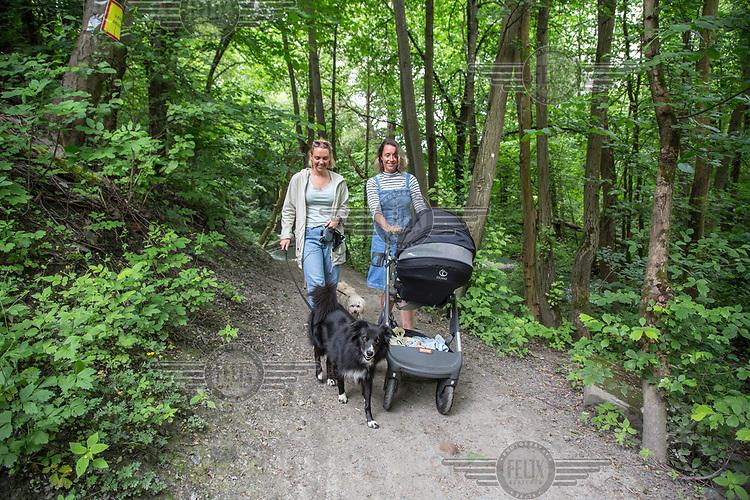 Alnaelva, nederste del ved Svartdalen.<br /> Anna Karina Thorsnes (med Theis i barnevogn) og Ailin Askeland, g&aring;r tur langs elva med hundene sine. <br /> <br /> <br />  &copy; Fredrik Naumann/Felix Features
