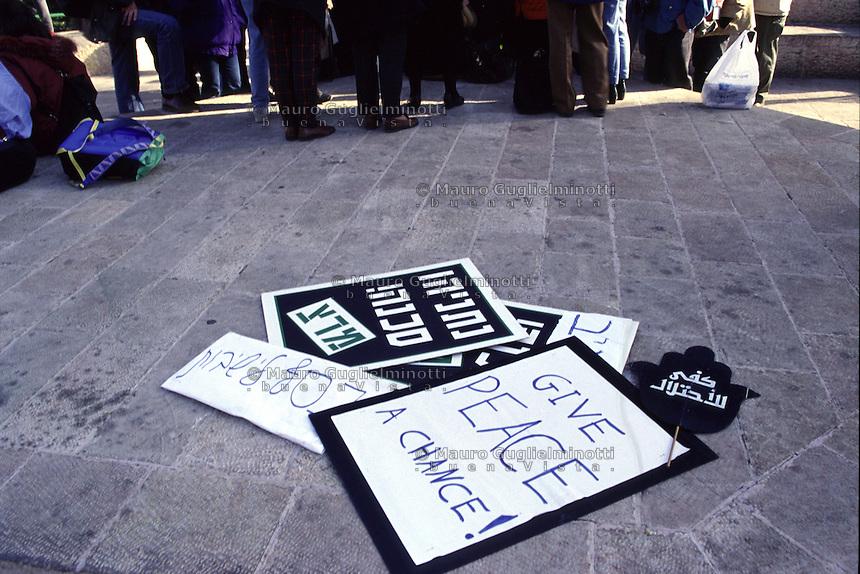 Israele, settembre 2012: manifestazione per la pace a Tel Aviv del movimento delle Donne in nero. Dei cartelloni con delle scritte di richiesta di pace in diverse lingue,  buttati per terra.
