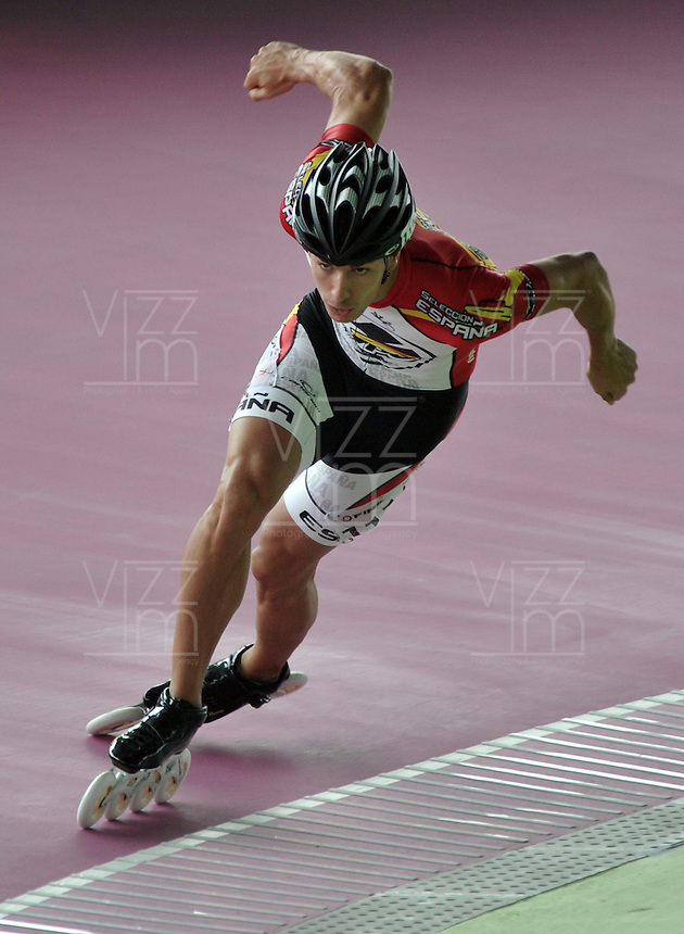 KAOHSIUNG – CHINA TAIPEI –15- 11 – 2015: Ioseba Fernandez, patinador de España, durante la prueba de los 300 metros Mayores Varones en el Campeonato Mundial de Patinaje de Carreras se en el patinodromo FIRS Kaohsiung Roller Skating Arena de la ciudad de Kaohsiung en China Taipei /  Ioseba Fernandez, skater of Spain, during the 300 meters Senior Men test in the World Skating Championship, at the skating rink FIRS Roller Skating Arena Kaohsiung in Kaohsiung city in Chinese Taipei (Photo: VizzorImage / Luis Ramirez / Staff).