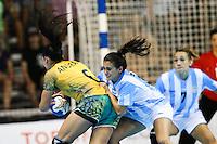 TORONTO, CANADA, 24.07.2015 - PAN-HANDBALL - Amanda Andrade (E) do Brasil durante partida contra Argentina na final do Handball Feminino no Centro de Exposições de Toronto nesta sexta-feira, 24.  (Foto: William Volcov/Brazil Photo Press)
