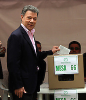 BOGOTA -COLOMBIA. 15-06-2014. El presidente candidato por La Unidad Nacional de la Republica de Colombia Juan Manuel Santos vota en la mesa numero 1 del capitolio nacional para la eleccion de presidente para el periodo 2014-2018 segunda vuelta . Elecciones para presidente de la Republica de Colombia segunda vuelta periodos 2014-2018.   /  The candidate for President National Unity of the Republic of Colombia Juan Manuel Santos vote on table number 1 national capitol for the election of President for the period 2014 to 2018 runoff. Elections for President of the Republic of Colombia runoff periods 2014-2018. Photo: VizzorImage/ Felipe Caicedo / Staf