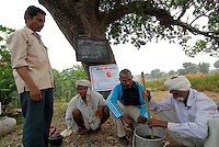INDIEN  Madhya Pradesh , bioRe Projekt fuer biodynamischen Anbau von Baumwolle in Kasrawad, Weiterbildung von Farmern zur Verbesserung der Anbaumethoden -  INDIA Madhya Pradesh , organic cotton project bioRe in Kasrawad, agricultural training for small scale farmers