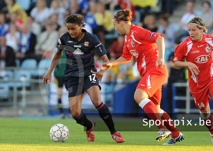 Uefa Women 's Champions League Final 2010 at  Coliseum Alfonso Perez in Getafe , Madrid : Olympique Lyon - Turbine Potsdam : Elodie Thomis aan de bal voor Jennifer Zietz (rechts) en Josephine Henning.foto DAVID CATRY / Vrouwenteam.be