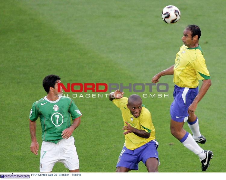FIFA Confederations Cup 2005<br /> <br /> Brasilien - Mexiko<br /> <br /> Der brasilianer Emerson koepft vor seinem Kollegen Ze Roberto und dem mexikaner Zinha den Ball.<br /> <br /> <br /> Foto &copy; nordphoto <br /> <br /> <br /> <br />  *** Local Caption *** Foto ist honorarpflichtig! zzgl. gesetzl. MwSt.<br />  Belegexemplar erforderlich<br /> Adresse: nordphoto<br /> Georg-Reinke-Strasse 1<br /> 49377 Vechta