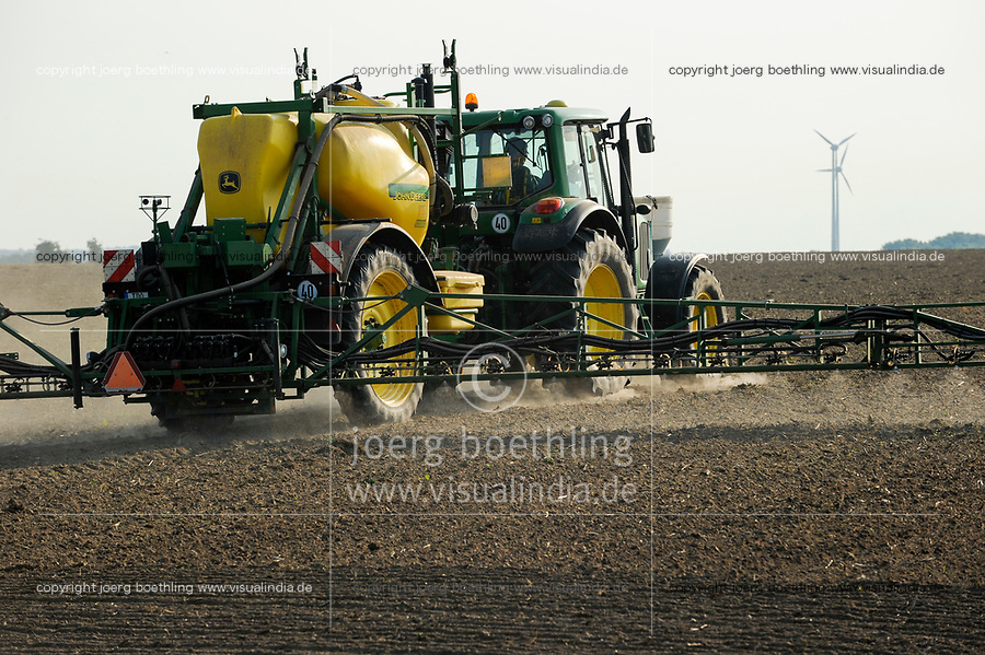 GERMANY, Saxonia, spraying of herbicide Monsanto round-up with John Deere tractor and equipment / DEUTSCHLAND, Sachsen, Verspruehung von Herbizid mit Glyphosat auf einem Feld